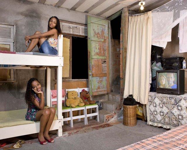 Gessiane and Jessica, 20 – Rio de Janeiro, Brasil. (Photo by Gabriele Galimberti/Riverboom Ltd)