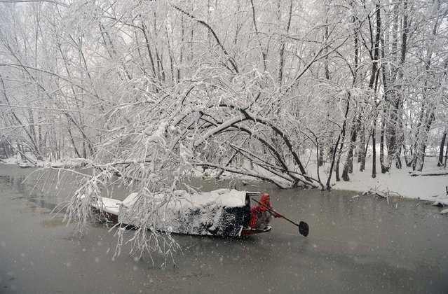 An Indian Kashmiri woman rows her boat during heavy snowfall on Dal Lake in Srinagar on January 6, 2017. Indian-administered Kashmir has been cut off from the rest of the country after heavy snowfall closing the 294km Jammu-Srinagar national highway, the only road link between Kashmir and rest of the country. (Photo by Tauseef Mustafa/AFP Photo)