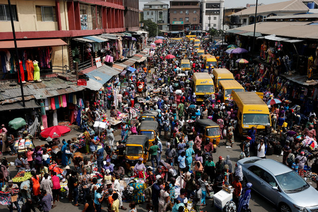 People crowd a street at the central business district in Nigeria's commercial capital Lagos ahead of Christmas December 23, 2016. (Photo by Akintunde Akinleye/Reuters)