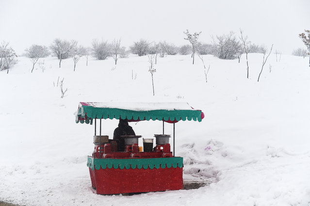 Afghan chickpea vendor looks on as he waits for customers at his roadside stall near the Qargha Lake on the outskirts of Kabul on February 20, 2019. (Photo by Wakil Kohsar/AFP Photo)