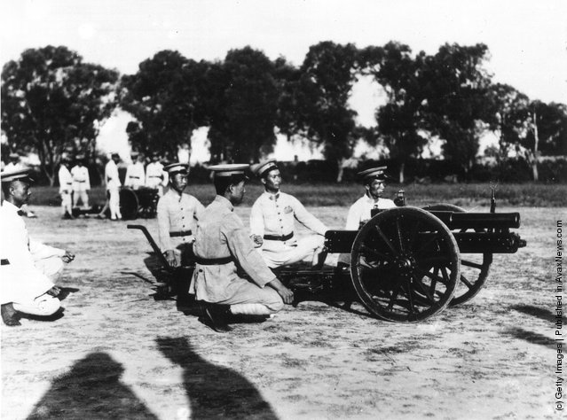 1931: Soldiers in the army of Chiang Kai-Shek at Hankow in central China test a new field gun