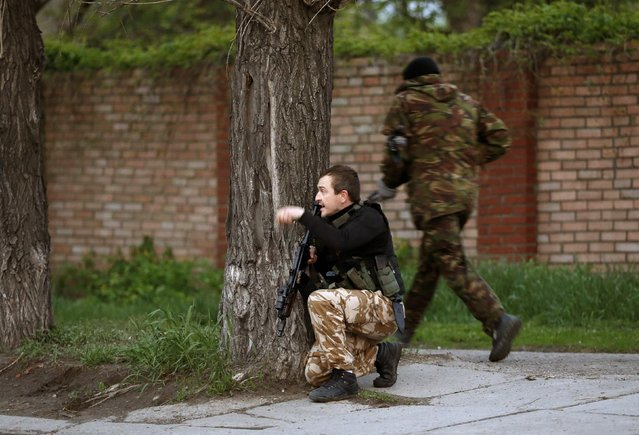Armed pro-Russian activists take positions in Luhansk, eastern Ukraine, May 3, 2014. (Photo by Vasily Fedosenko/Reuters)
