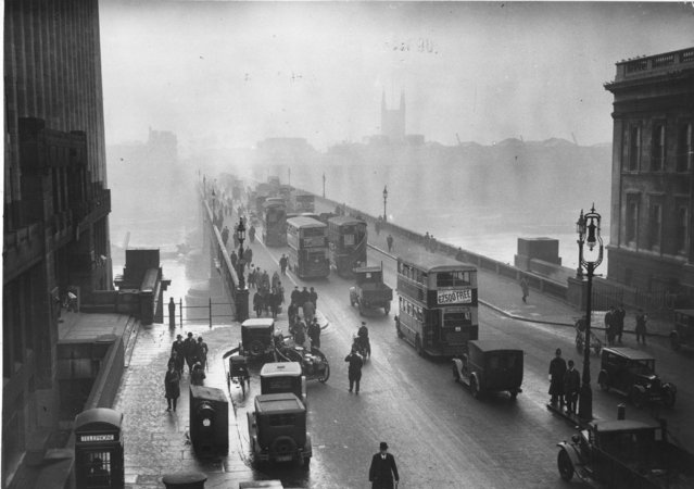 Early morning rush hour traffic crossing London Bridge , Central London, 12th January 1933. (Photo by Douglas Miller/Topical Press Agency/Getty Images)
