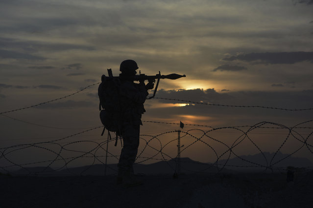 A Pakistani border security guard stands alert at Pakistan-Afghanistan border post, Chaman in Pakistan, Friday, May 5, 2017. Backed by artillery, Afghan security forces fired across the border on Pakistani census workers and troops escorting them on Friday, killing many people and drawing a response from the military, Pakistan said. On the Afghan side, officials reported that scores of people killed in the incident, a significant escalation of hostilities between the two neighbours. (Photo by Matiullah Achakzai/AP Photo)