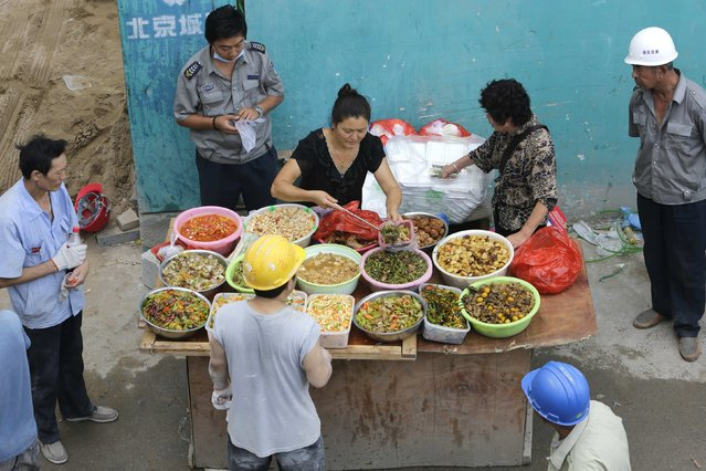 Migrant workers buy their lunch outside a construction site in Beijing, September 7, 2014. (Photo by Jason Lee/Reuters)