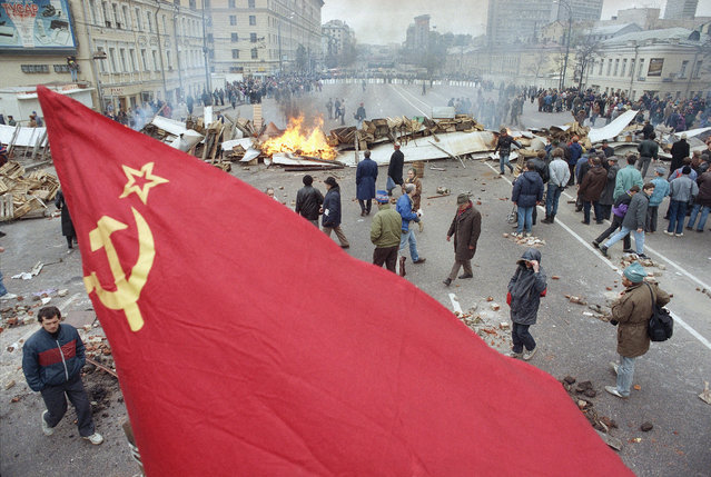 A former Soviet red flag flies over the avenue where hard-line protestors built barricades during clashes on Saturday, October 2, 1993 in downtown Moscow. Several police and at least one protestor were injured in the clashes between lawmakers, supporters and police. (Photo by Peter Dejong/AP Photo)