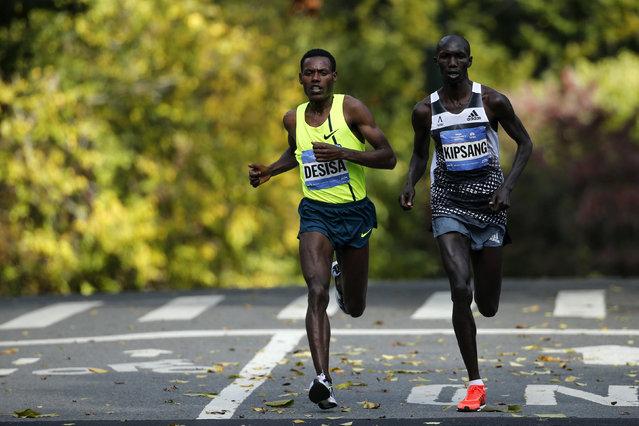 Runners Wilson Kipsang of Kenya (R) and Lelisa Desisa of Ethiopia run the last mile, November 2, 2014. (Photo by Eduardo Munoz/Reuters)