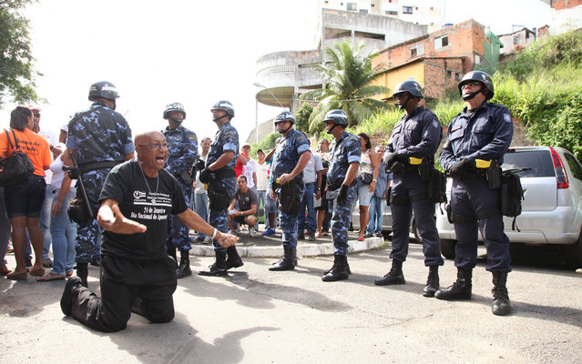 Representatives of the Union of the Municipality of Salvador Servers (Sindseps) protest in the district of Barris, central Salvador, on May 14, 2013. Municipal employees remain on strike indefinitely. (Photo by Ulisses Dumas/BAPress/Estadão Conteúdo)