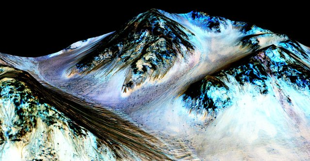 Dark, narrow, 100 meter-long streaks on Mars inferred to have been formed by contemporary flowing water are seen in an image produced by NASA, the Jet Propulsion Laboratory (JPL) and the University of Arizona. Scientists have found the first evidence that briny water may flow on the surface of Mars during the planet's summer months, a paper published on Monday showed. (Photo by Reuters/NASA/JPL/University of Arizona)