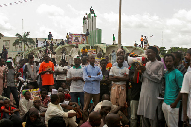 Members of Shiite religious group Islamic Movement in Nigeria (IMN) block a street to demand the release of their leader Ibrahim Zakzaky during a protest in Kaduna, Nigeria September 9, 2016. (Photo by Reuters/Stringer)