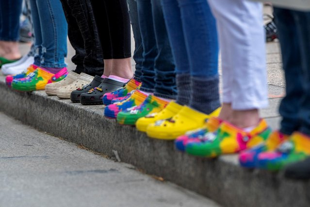 "People line the sidewalk outside of the Ohio Statehouse as part of the ""Show Your Crocs for Ma'Khia Bryant"" demonstration following this week's police shooting of 16-year-old Ma'Khia Bryant in Columbus, Ohio, U.S., April 24, 2021. (Photo by Gaelen Morse/Reuters)"