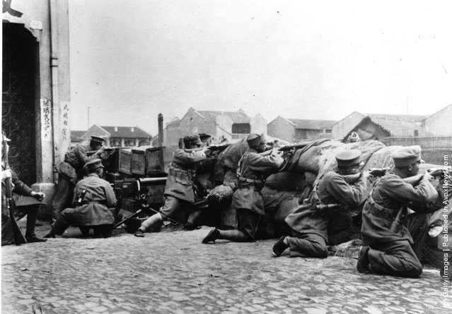 1932: Chinese Kuomintang troops fighting Japanese troops during the Sino-Japanese War