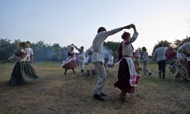 """People dance as they take part in the festival of national traditions """"Piatrovski"""" in the village of Shipilovichi, south of Minsk, July 12, 2015. (Photo by Vasily Fedosenko/Reuters)"""