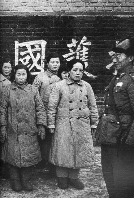 "1948年1月,沈阳。被俘的共军女兵。据军方称,这些女兵是共军的""慰安妇""。你相 信吗? (January 1948, Shenyang.The army captured female. The military said the female is the 'comfort women' of the army. Do you believe it?)"