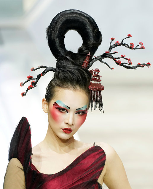 A model presents a creation for a make-up styling show by Mao Geping at China Fashion Week in Beijing, China March 26, 2018. (Photo by Jason Lee/Reuters)