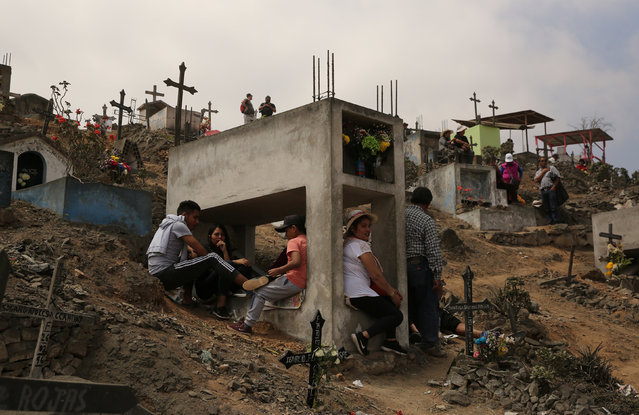 "People visit tombs of relatives and friends at ""Nueva Esperanza"" (New Hope) cemetery during the Day of the Dead celebrations in Villa Maria del Triunfo on the outskirts of Lima, Peru, November 1, 2016. (Photo by Mariana Bazo/Reuters)"