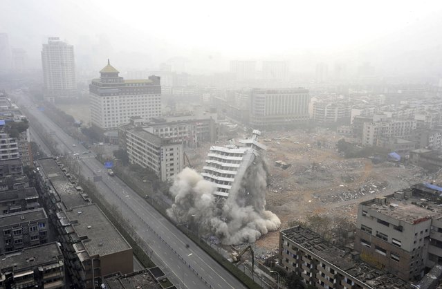 A 14-storey building collapses as it is demolished to make way for a new business and residential complex, on a hazy day in Chengdu, Sichuan province January 11, 2015. China's annual economic growth likely slowed to 7.2 percent in the fourth quarter, the weakest since the depths of the global crisis, a Reuters poll showed. (Photo by Reuters/Stringer)