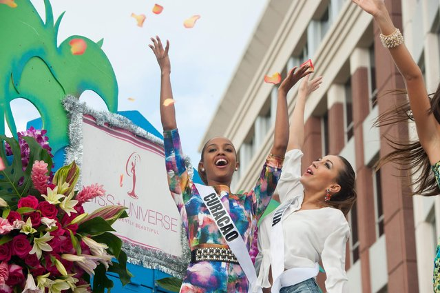 Miss Curacao 2014 Laurien Angelista and Miss Croatia 2014 Ivana Misura take part in a cultural parade and festival in Miami in this January 11, 2015 picture provided by the Miss Universe Organization. (Photo by Reuters/Miss Universe Organization)