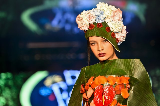A model presents a creation by Colombian designer Valentina Hoyos made with organic elements during BioFashion Show, on November 19, 2016, in Cali, Valle del Cauca department, Colombia. (Photo by Luis Robayo/AFP Photo)