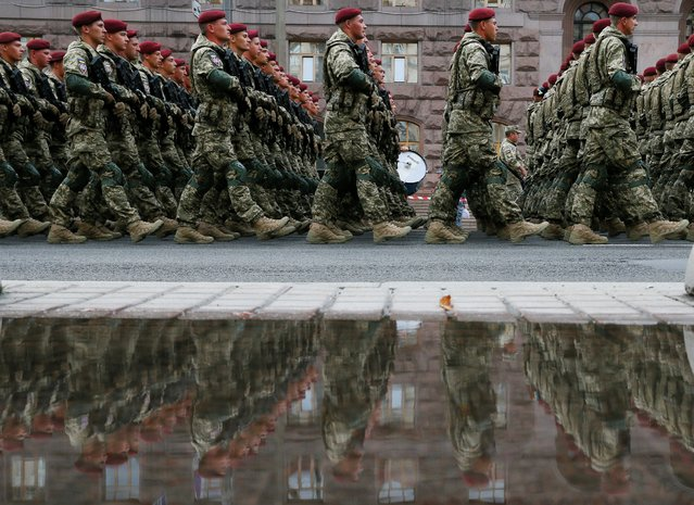 Ukrainian servicemen march during a rehearsal for the Independence Day military parade in central Kyiv, Ukraine on August 18, 2021. (Photo by Gleb Garanich/Reuters)