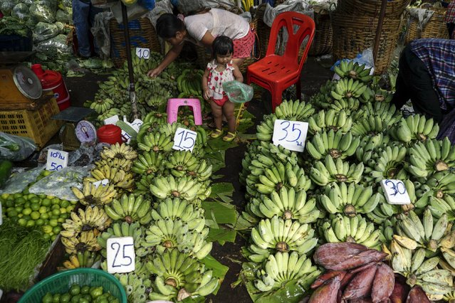 A mother and her daughter shop for bananas at a market in Bangkok, Thailand, March 31, 2016. (Photo by Athit Perawongmetha/Reuters)
