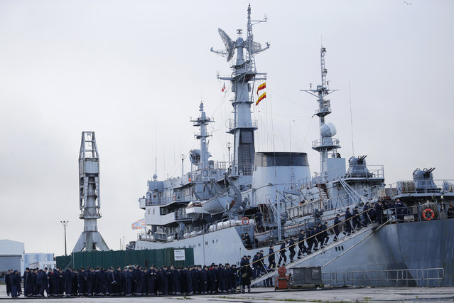 Russian sailors board their Russian Navy frigate Smolny as they leave the STX Les Chantiers de l'Atlantique shipyard site in Saint-Nazaire, western France, December 18, 2014. (Photo by Stephane Mahe/Reuters)