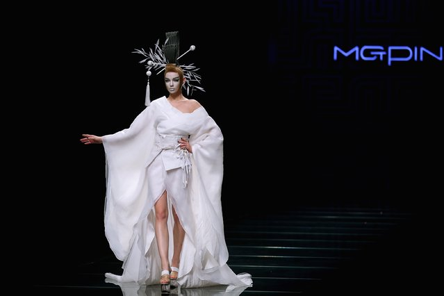 A model showcases designs on the runway at MGPIN 2015 Mao Geping Makeup Trends Launch show during Mercedes-Benz China Fashion Week Spring/Summer 2015 at Beijing Hotel on October 27, 2014 in Beijing, China. (Photo by Feng Li/Getty Images)