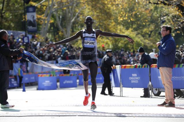 Wilson Kipsang of Kenya crosses the finish line to win the men's professional division, November 2, 2014. (Photo by Mike Segar/Reuters)