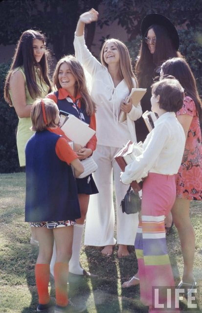 Beverly Hills High classmates show off their fashions, 1969. (Photo by Arthur Schatz/Time & Life Pictures/Getty Images)