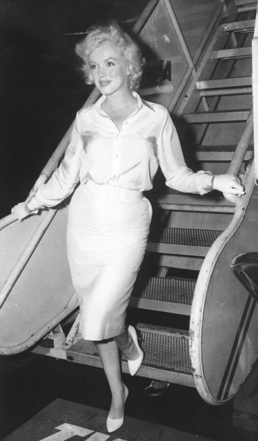 "Marilyn Monroe leaves New York on July 7, 1958, by air for Hollywood to start work on her film, ""Some Like It Hot"" on her first film in two years. (Photo by AP Photo)"