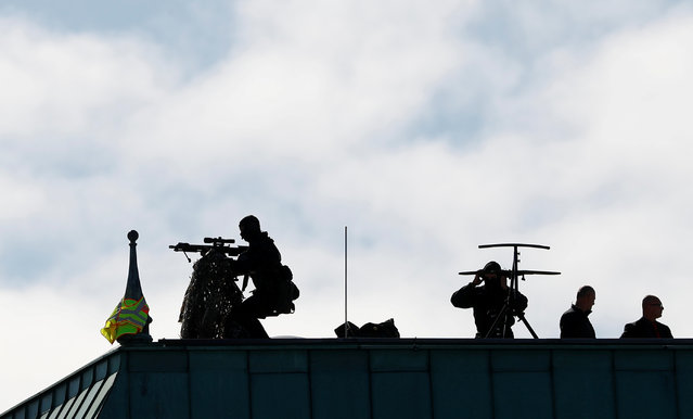 Snipers take positions at the rooftop of the Adlon Hotel before the arrival of Turkish President Tayyip Erdogan in Berlin, Germany, September 27, 2018. (Photo by Fabrizio Bensch/Reuters)