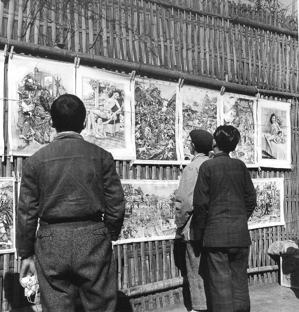 1948年1月,卖年画。 (January 1948, selling pictures)