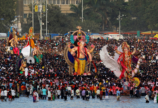 Devotees gather on the shores of the Arabian Sea before the immersion of the idols of Hindu god Ganesh, the deity of prosperity, on the last day of the Ganesh Chaturthi festival, in Mumbai, India September 5, 2017. (Photo by Shailesh Andrade/Reuters)