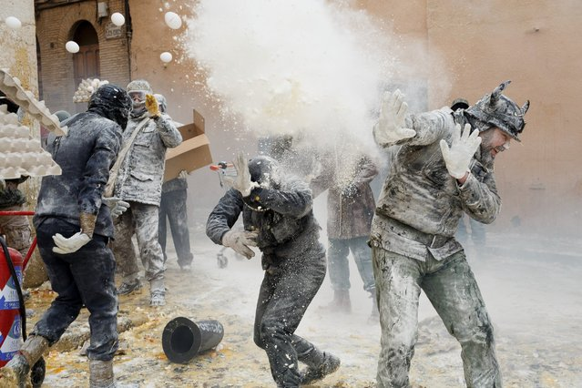 "Revellers take part in the battle of ""Enfarinats"", a flour fight in celebration of the Els Enfarinats festival on December 28, 2015 in Ibi, Spain. Citizens of Ibi annually celebrate the festival with a battle using flour, eggs and firecrackers. (Photo by Pablo Blazquez Dominguez/Getty Images)"
