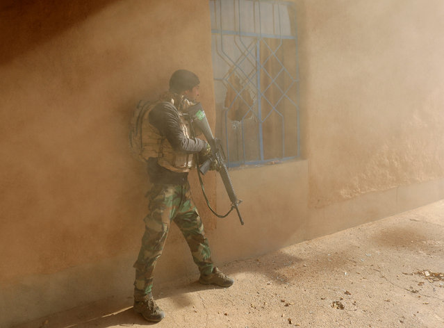 An Iraqi soldier searches a house during clashes with Islamic State fighters in Al-Qasar, South-East of Mosul, Iraq November 28, 2016. (Photo by Goran Tomasevic/Reuters)