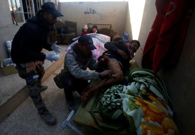 An injured man receives treatment by Iraqi special forces soldiers in Mosul, Iraq, November 29, 2016. (Photo by Khalid al Mousily/Reuters)