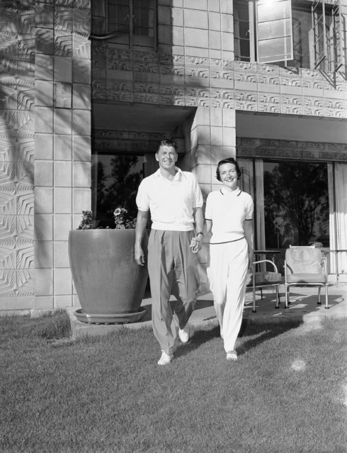 Actor Ronald Reagan, 40, and his bride starlet Nancy Davis, go for a walk while on their honeymoon at a winter resort in Phoenix on March 6, 1952. (Photo by AP Photo/HF)