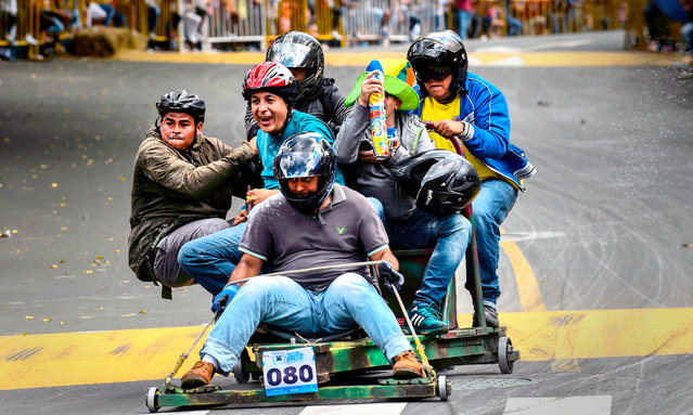 Participants descend a hill in home- made vehicles during the 29 th Car Festival in Medellin, Antioquia department, Colombia, on November 18, 2018. (Photo by Joaquin Sarmiento/AFP Photo)