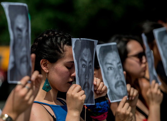 Chilean artists pay tribute to 24- year- old Mapuche indigenous Camilo Catrillanca who was shot dead in a police operation in Araucania region last November 14, during a performance in front of La Moneda presidential palace in Santiago, on November 22, 2018. Last week, the president of Chile pledged an investigation into the police killing that sparked protests and firebomb attacks and revived allegations of state persecution of indigenous people. According to a Mapuche community lawyer, Camilo Catrillanca was driving a tractor to work accompanied by a young boy when he was shot dead during a police operation in the Araucania region (south), epicentre of the Mapuche conflict. (Photo by Martin Bernetti/AFP Photo)