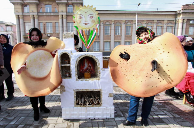 Citizens gather for the Maslenitsa festival (Pancake Week) that celebrates the end of winter and marks the arrival of spring, in the city of Makeyevka, Donetsk Regionm Ukraine on March 7, 2019. (Photo by Valentin Sprinchak/TASS)