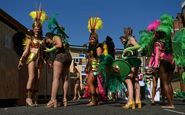 Performers in costume prepare to take part in the carnival on the main Parade day of the Notting Hill Carnival in west London on August 26, 2019. (Photo by Daniel Leal-Olivas/AFP Photo)