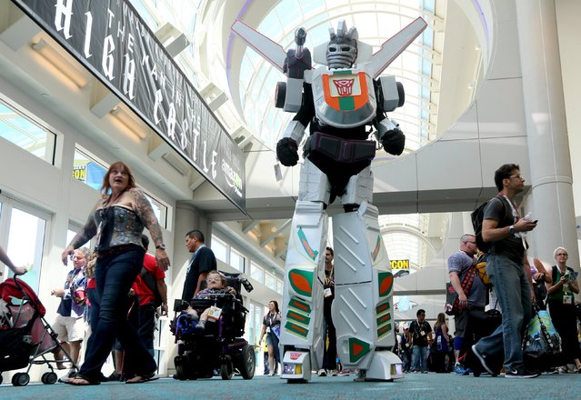 A man in a Transformers costume walks down the hall at the 2015 Comic-Con International in San Diego, California July 9, 2015. (Photo by Sandy Huffaker/Reuters)