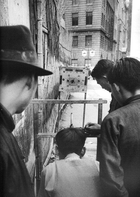 1948年2月,打气枪。 (February 1948, playing air gun)