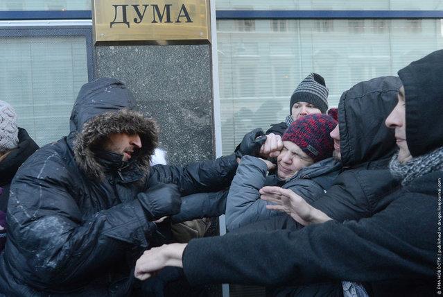 """Потасовка ЛГБТ-активистов (сообщество лесбиянок, геев, бисексуалов и трансгендеров) с представителями патриотических организаций (слева) во время проведения пикета против, так называемого """"гомофобного закона"""", у здания Госдумы в Москве. 22 января Госдума намерена рассмотреть изменения Кодекса об административных правонарушениях статьи о запрете так называемой """"пропаганды гомосексуализма"""". Илья Питалев/РИА Новости"""