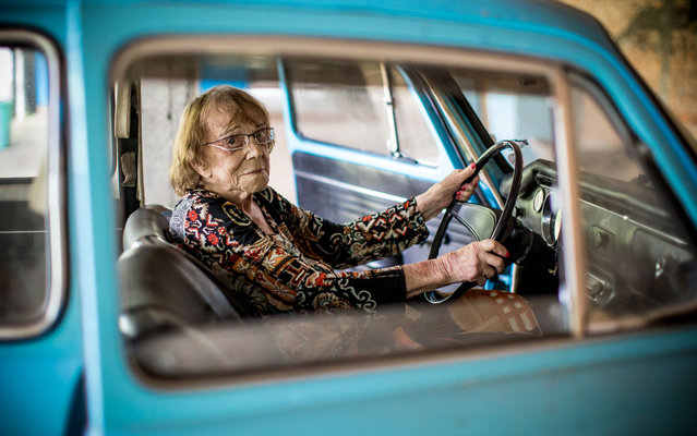"""Baliza, só com a Eliza"" (Sport, only with Eliza). At 103 years, Eliza Bertucho Carrara proudly recalls his staff created by students at the time owned a driving school in Lapa, West Zone of São Paulo, on May 17, 2013. (Photo by Raul Zito/G1)"