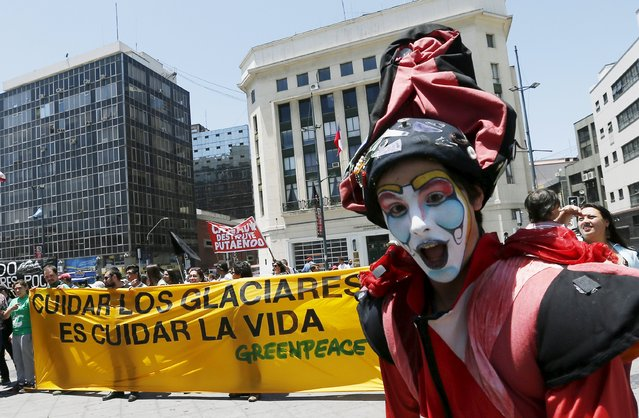 """Demonstrators take part in a rally held the day before the start of the Paris Climate Change Conference (COP21), in Valparaiso city, Chile November 29, 2015. The banner reads, """"The care of the Glaciers is care for the life"""". (Photo by Rodrigo Garrido/Reuters)"""