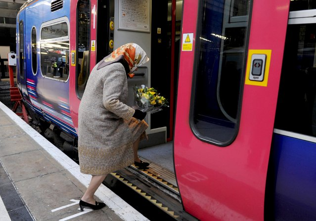 Britain's Queen Elizabeth boards a train at Kings Cross station in London, in this December 17, 2009 file photo. (Photo by Stefan Rousseau/Reuters)