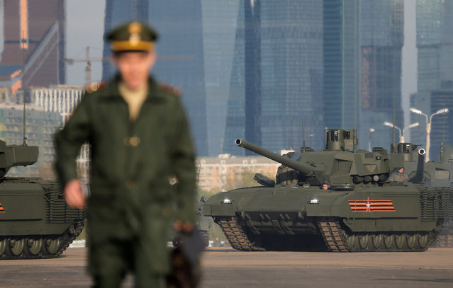 """A Russian T-14 tank with the Armata universal combat platform is parked at a range before a rehearsal for the Victory Day parade, with the Moscow International Business Center also known as """"Moskva-City"""" seen in the background, in Moscow, Russia, May 5, 2016. (Photo by Maxim Shemetov/Reuters)"""