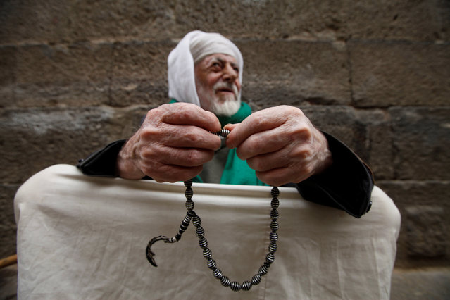 A man uses Misbaha prayer beads outside the Grand Mosque during the Muslim holy fasting month of Ramadan in Sanaa, Yemen June 24, 2016. (Photo by Mohamed al-Sayaghi/Reuters)