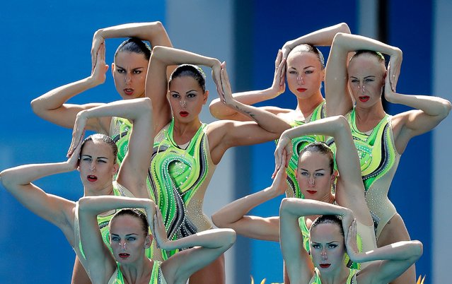 Ukraine's team competes during the synchronized swimming technical routine final, August 18, 2016. (Photo by Wong Maye-E/AP Photo)